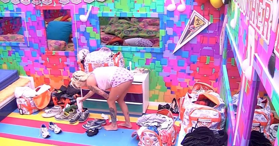 6.mar.2014 - Clara se vinda de Marcelo e joga creme nos tênis dele