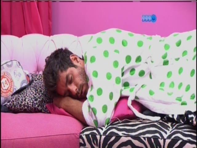 6.mar.2014 - Diego deita no sofá e reclama da demora dos brothers no raio-x