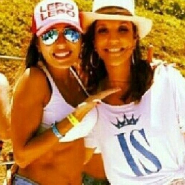 """6.mar.2014 - Ivete Sangalo mostrou uma foto com a ex-BBB Leticia durante o carnaval de Salvador. """"Leticia fofa tb tava lá! Linda"""", falou a diva baiana. Mais cedo, a mineira disse que iria curtir o """"arrastão de Ivete"""""""