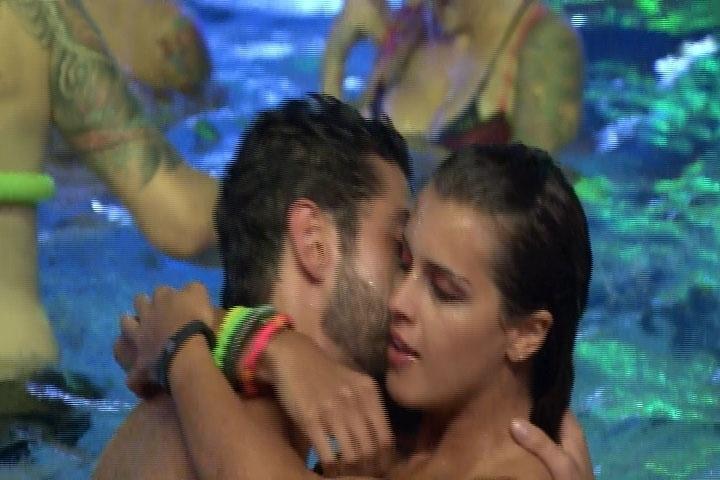 6.mar.2014 - Marcelo e Angela se beijam enquanto os outros confinados brincam de guerrinha de água