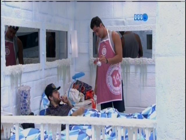 6.mar.2014 - Marcelo leva a cabeça do frango para mostrar para Cássio
