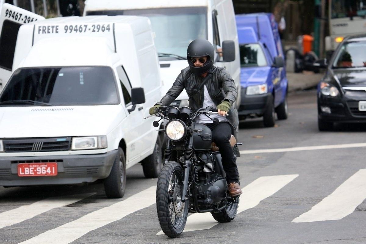 6.mar.2014 - No Brasil para assistir aos desfiles das escolas campeãs do Rio de Janeiro no próximo sábado (8), o jogador de futebol David Beckham resolveu se arriscar no trânsito carioca com uma moto