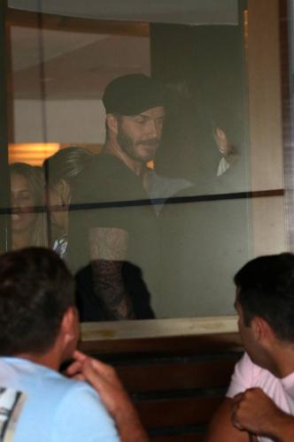 6.mar.2014 - No Brasil para assistir aos desfiles das escolas campeãs do Rio de Janeiro, o jogador de futebol David Beckham desperta olhares em hotel na zona sul