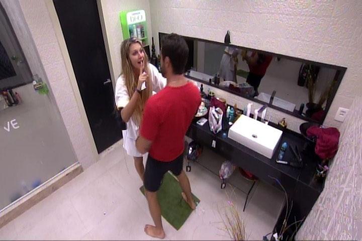 6.mar.2014 - Tatiele planeja passar pasta de dentes em Cássio que, supostamente, dormia. Ao chegar no quarto, ele estava acordado