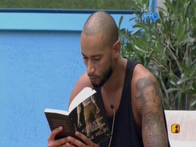 6.mar.2014 - Valter lê livro sobre periferia