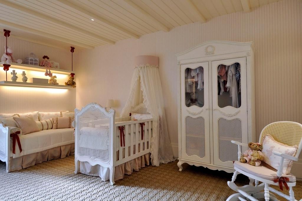 Criado pela arquiteta e urbanista Magaly Gentil, este quarto de bebê de 24 m² recebeu papel de parede listrado e carpete com relevo