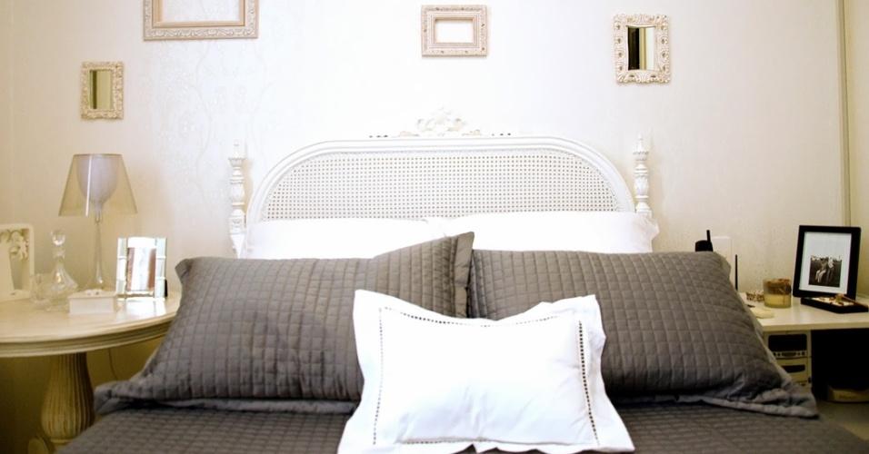 Este quarto (7 m²), assinado pela designer Elvira Monteiro para uma mulher romântica, ganhou a base branquinha.
