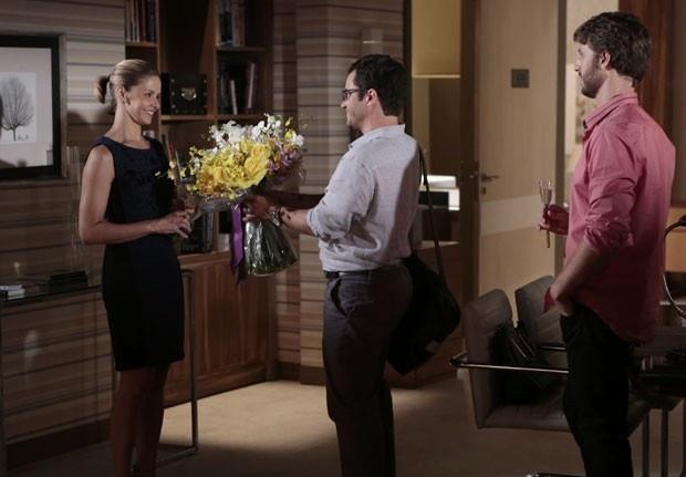 Felipe dá buquê de flores para Silvia e pede desculpas por tentar dormir de cueca com ela e Gabriel