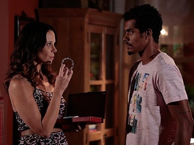 Juliana mostra o bracelete para Jairo, mas ele fica desconfiado