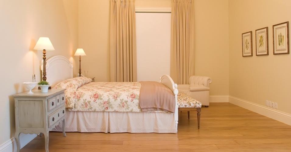 Leveza e aconchego, típicos das casas provençais, marcam o dormitório de casal (35 m²). O teto inclinado revestido por lambris brancos e com madeiramento aparente e o piso de canela de demolição (Ouro Velho) acentuam o ar