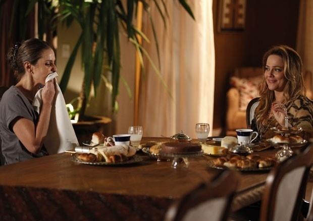 Morta de fome, Rafaela recebe comida e Shirley se diverte