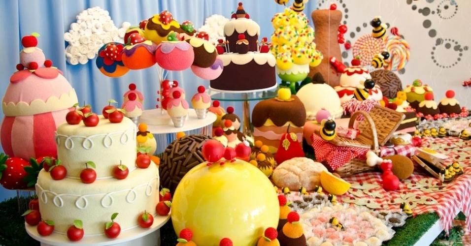 A mesa principal dessa festa de um ano trouxe uma infinidade de elementos decorativos como cestas e toalhas quadriculadas, em referência ao tema principal do aniversário, piquenique dos insetos