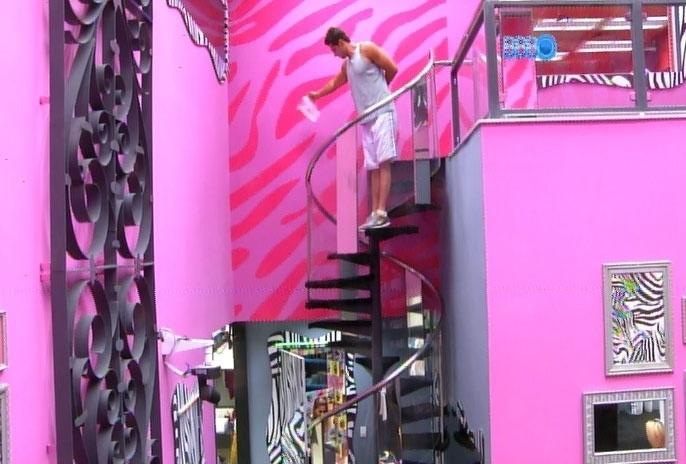 07.mar.2014 - Marcelo se esconde e tenta molhar Vanessa; os brothes brincam dentro da casa, enquanto a produção prepara alguma surpresa no jardim