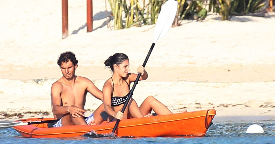 2.mar.2014 - Rafael Nadal e a namorada, Maria Francisca, andam de caiaque em praia de Cozumel, no México