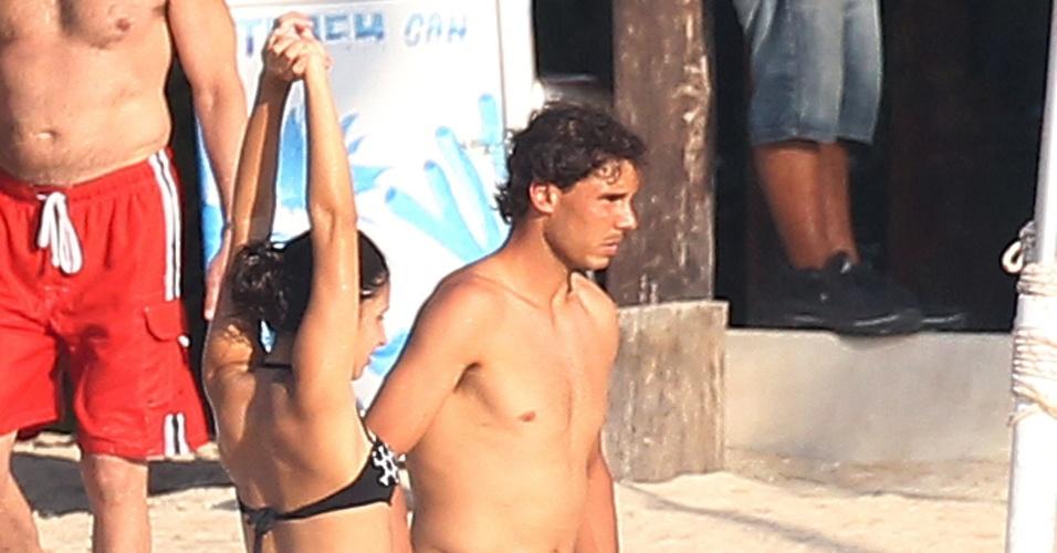2.mar.2014 - Rafael Nadal e a namorada, Maria Francisca, se divertem em praia de Cozumel, no México