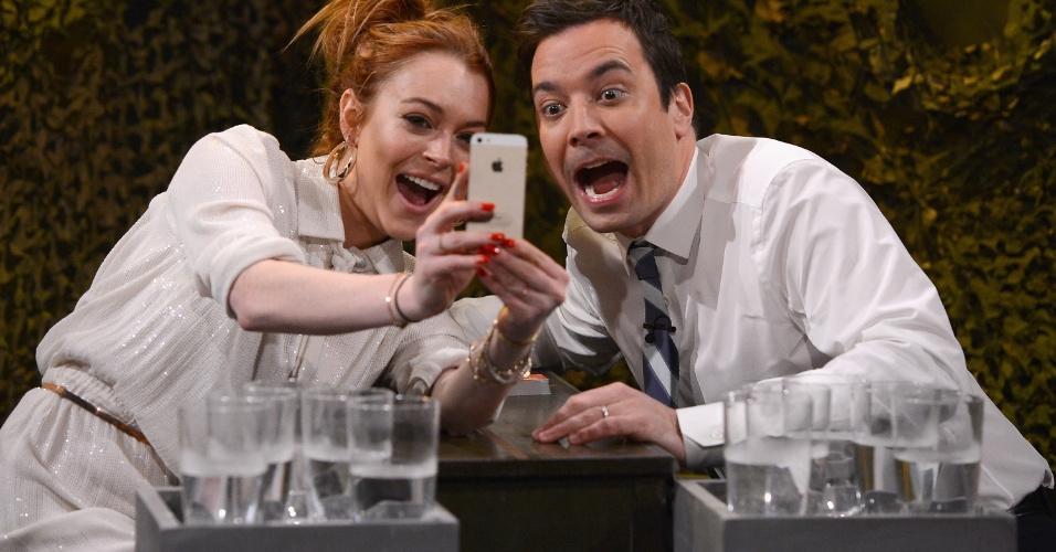 6.mar.2014 - Antes da guerra de água começar, Lindsay Lohan pediu para fazer um selfie com o apresentador Jimmy Fallon