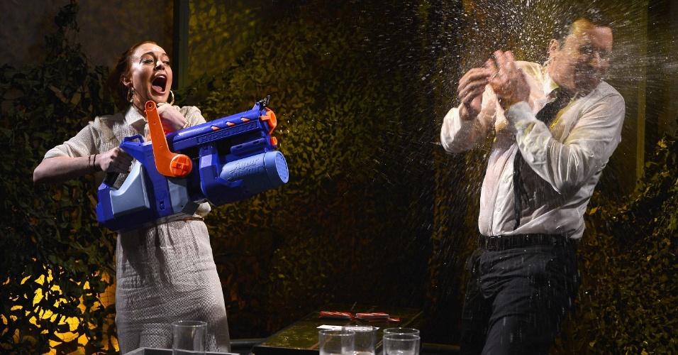 6.mar.2014 - Em programa de TV, Lindsay Lohan faz guerra com Jimmy Fallon
