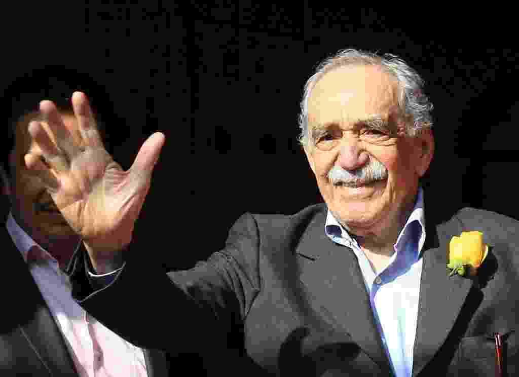 6.mar.2014 - Escritor colombiano Gabriel García Márquez acena sorridente em frente à sua residência na Cidade do México no dia do seu aniversário de 87 anos - EFE/Mario Guzmán