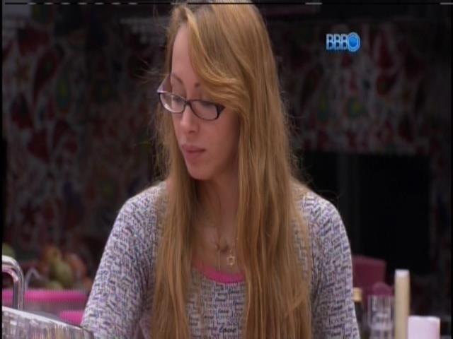 7.mar.2014 - Aline reclama de bagunça dos colegas de grupo
