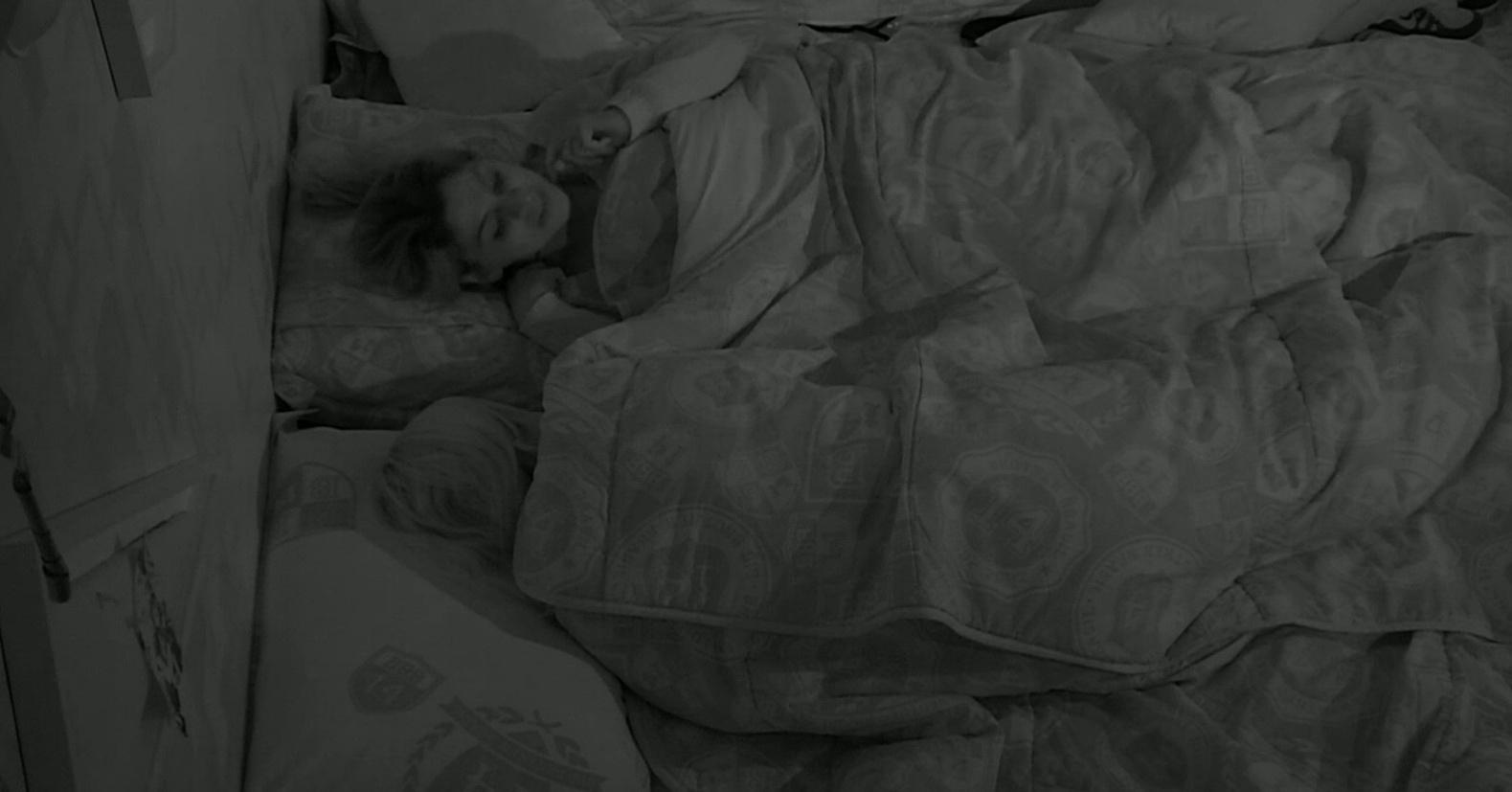 7.mar.2014 - Clara e Vanessa conversam antes de dormir