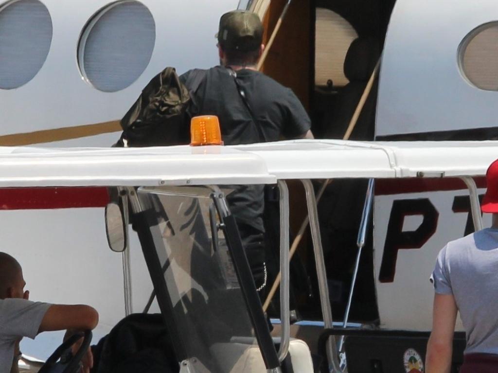 7.mar.2014 - David Beckham embarca em jatinho no aeroporto de Jacarepaguá, no Rio de Janeiro