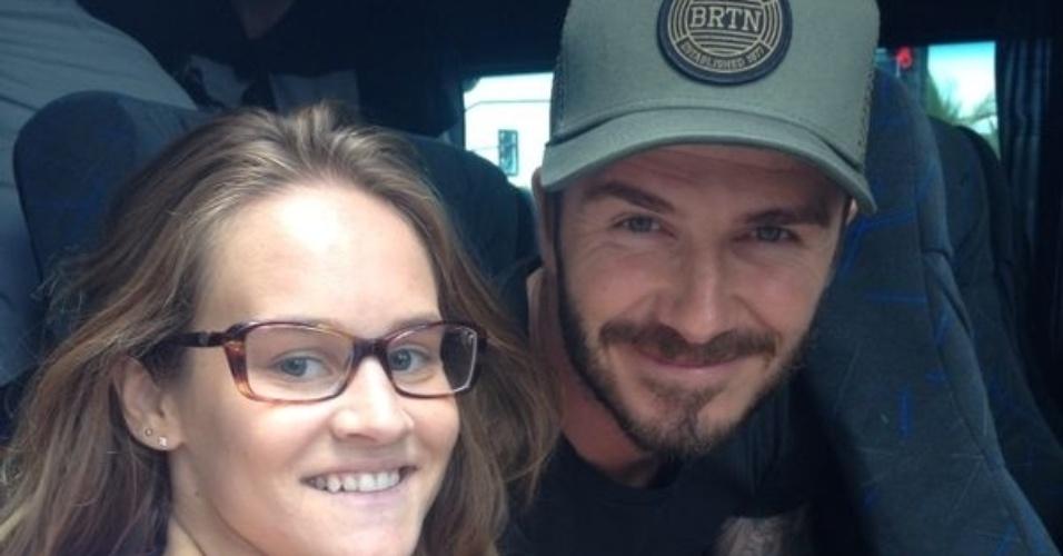 7.mar.2014 - David Beckham posa com fã após deixar hotel no Rio. Ele está no Brasil para assistir aos desfiles das escolas campeãs do Rio de Janeiro no próximo sábado (8)