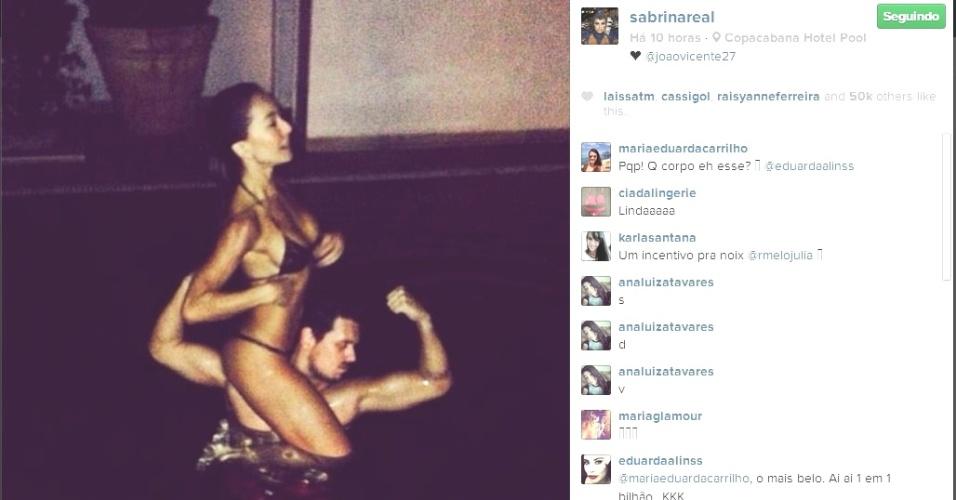 7.mar.2014 - De biquíni, Sabrina Sato posa em cima do ombro do namorado