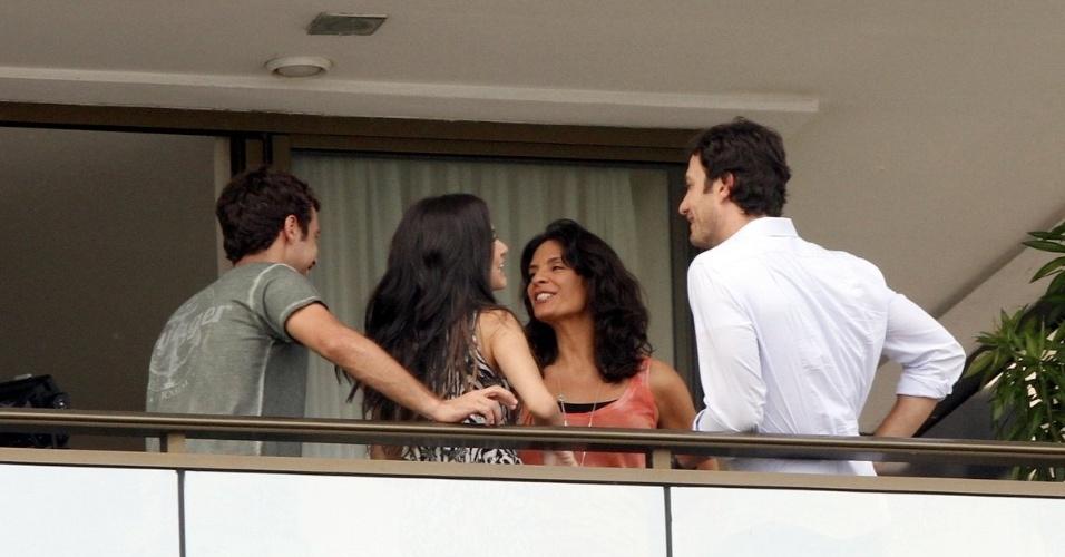 7.mar.2014 - Helena Ranaldi e Gabriel Braga Nunes gravam cena na Barra da Tijuca