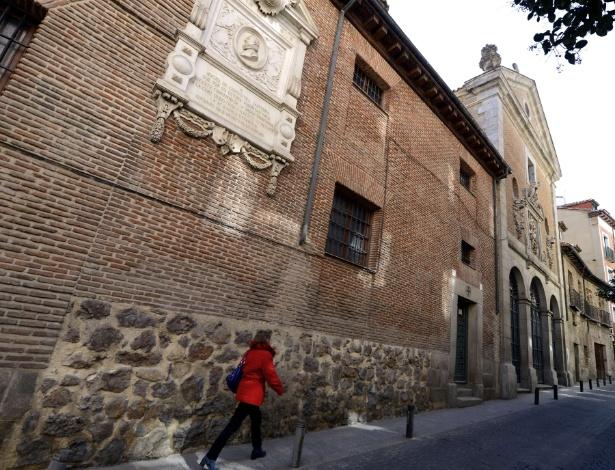 Placa em frente ao convento Trinitárias em Madri, onde Cervantes foi enterrado em abril de 1616. O local exato é um mistério pois o convento e a igreja foram expandidos nos quatro séculos após sua morte - AFP PHOTO/ GERARD JULIEN