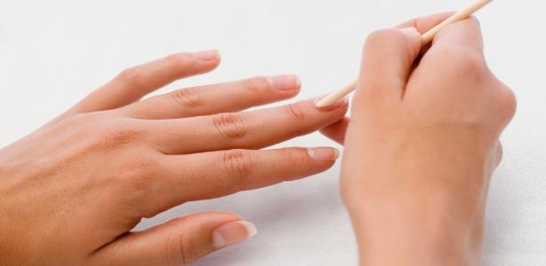"""Na """"nova manicure"""" a cutícula deve ser bem hidratada e cuidadosamente empurrada com espátula ou palitinho de laranjeira - Thinkstock"""