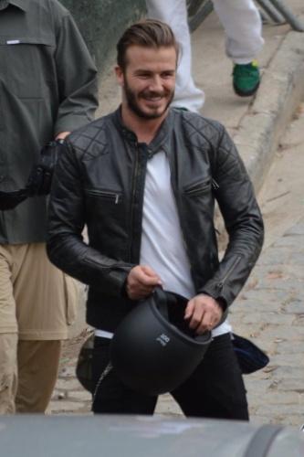 Sorridente, David Beckham visita comunidade no Rio de Janeiro
