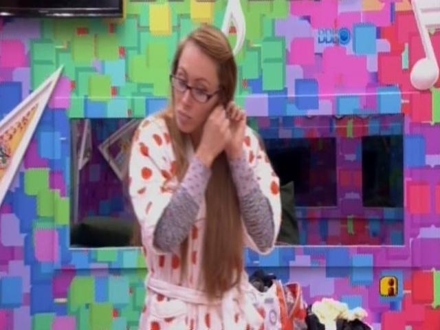 07.mar.2014 - Aline dorme no mesmo quarto que Marcelo depois da briga.