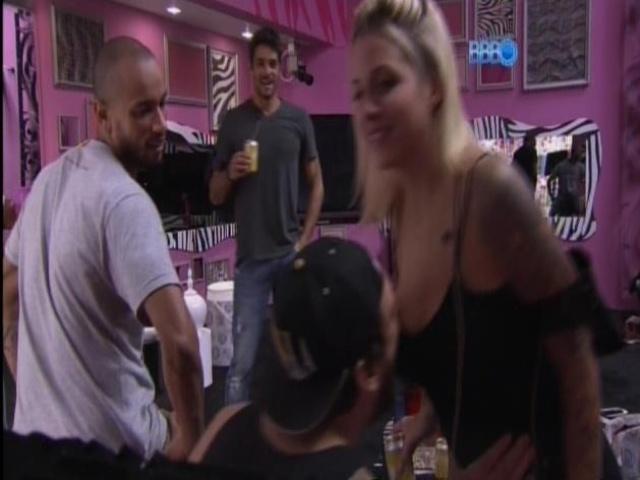 07.mar.2014 - Depois de sensualizar com Clara, Cássio tenta morder os seios da sister.
