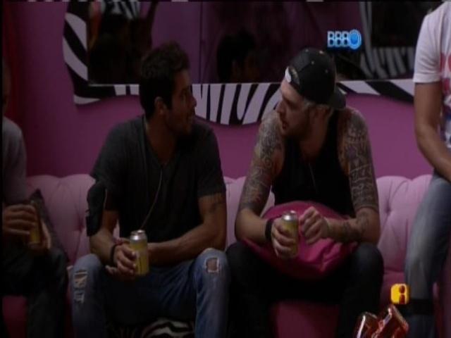 07.mar.2014 - Diego insinua que Cássio seja gay.