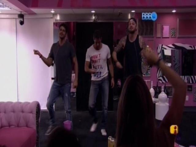07.mar.2014 - Diego, Marcelo e Cássio dançam para as sisters.