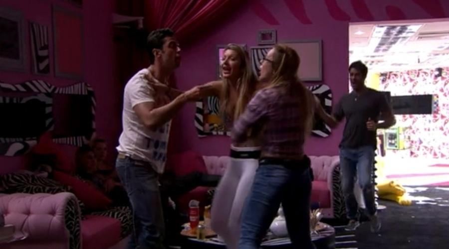 07.mar.2014 - Diego não ajuda Tatiele a separar briga entre Marcelo e Aline