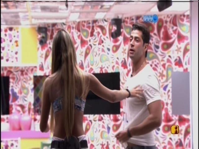 07.mar.2014 - Tatiele tira Marcelo de perto de Aline