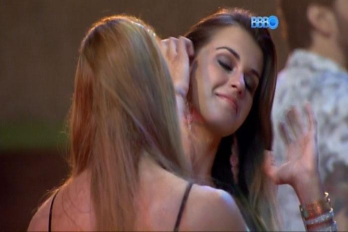 08.mar.2014 - Longe dos holofotes, Aline conversa com Angela sobre voto polêmico