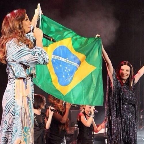 08.mar.2014- Com a bandeira do Brasil, Ivete Sangalo participa de gravação do DVD de Laura Pausini em Nova York após folia em Salvador