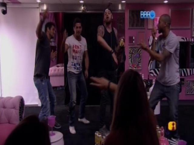 07.mar. 2014 - Os homens da casa dançam para as mulheres.