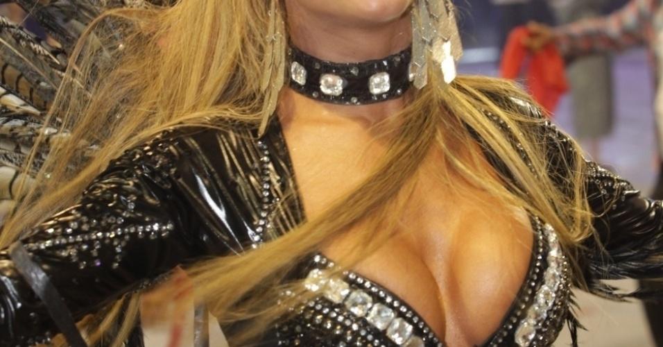 7.mar.2014 - A ex-BBB Cacau Colucci desfila na Dragões da Real