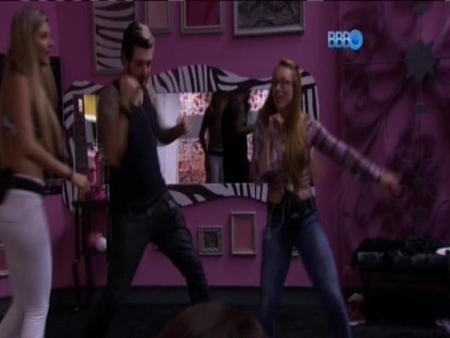 07.mar.2014 - Aline só levantou para dançar axé durante a festa.