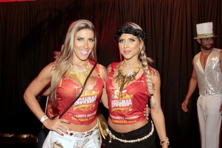 7.mar.2014 - As irmãs Tatiane e Ana Paula Minerato curtem os desfiles no Sambódromo