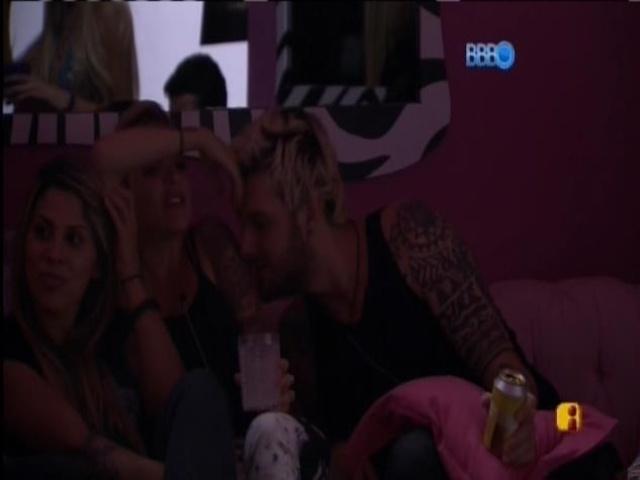 07.mar.2014 - Cássio beija Clara que se irrita: