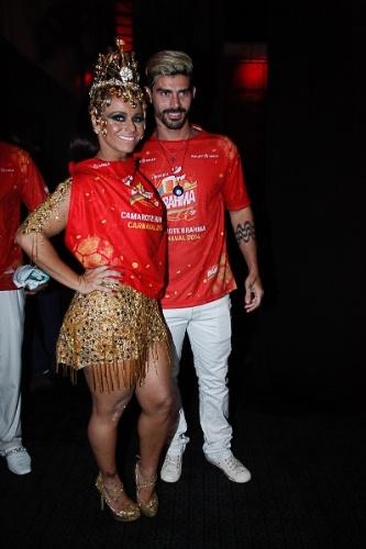 7.mar.2014 - Viviane Araújo e o namorado, Ramadés, chegou ao camarote cercada por seguranças e não falou com a imprensa