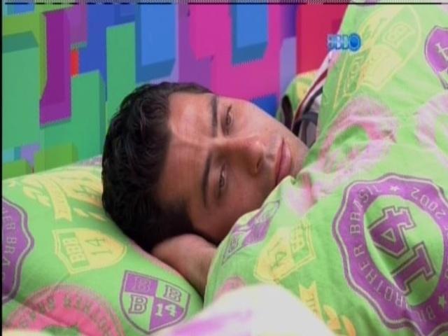 8.mar.2014 - Brothers voltam a dormir. Marcelo fica pensativo.