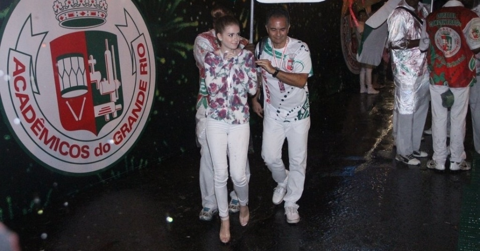 8.mar.2014 - Marina Ruy Barbosa chega debaixo de chuva para o desfile das campeãs no Rio. A atriz curtirá a noite deste sábado (8) no camarote da Grande Rio