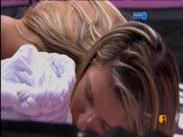 8.mar.2014 - Tatiele lambe os olhos de Cássio