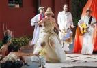 Em peça sem palco, atores e público se misturam como se brincassem na rua