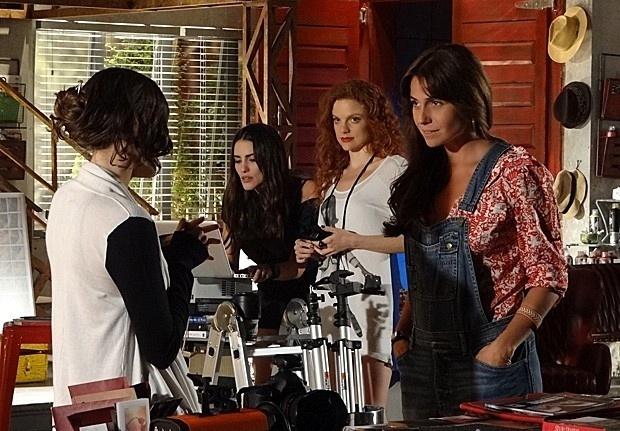 Durante ensaio fotográfico, Clara avisa a Marina que precisa ir embora mais cedo